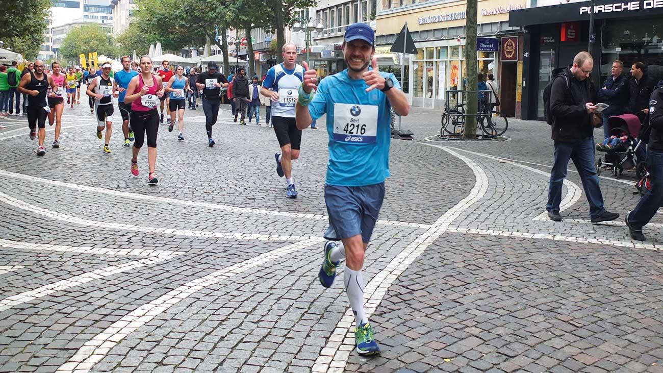Gut gelaunt bei Kilometer 39 des Frankfurt Marathon 2014