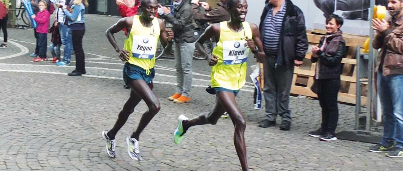 Der Zweit- und Drittplatzierte des Frankfurt Marathon 2014 kurz hinter Mark Kiptoo