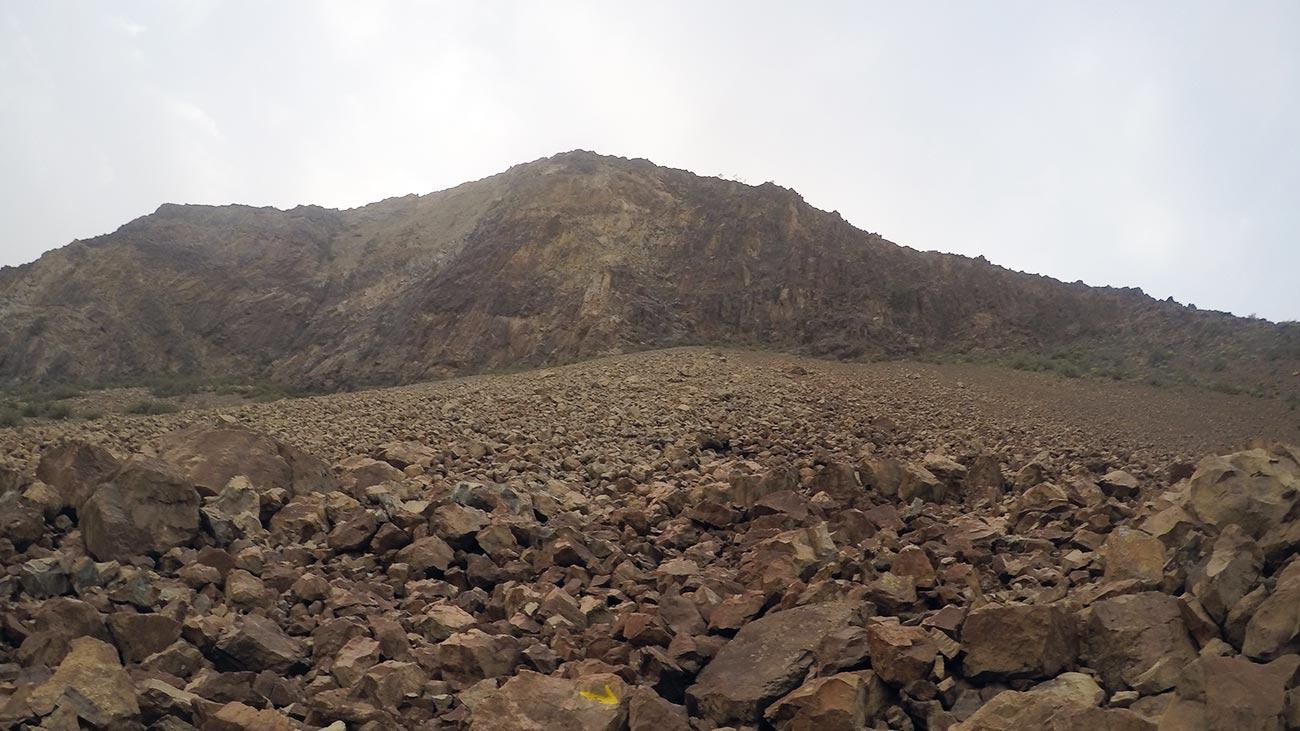 Kurz vor Ende des Downhills stehe ich inmitten eines Schotterfeldes.