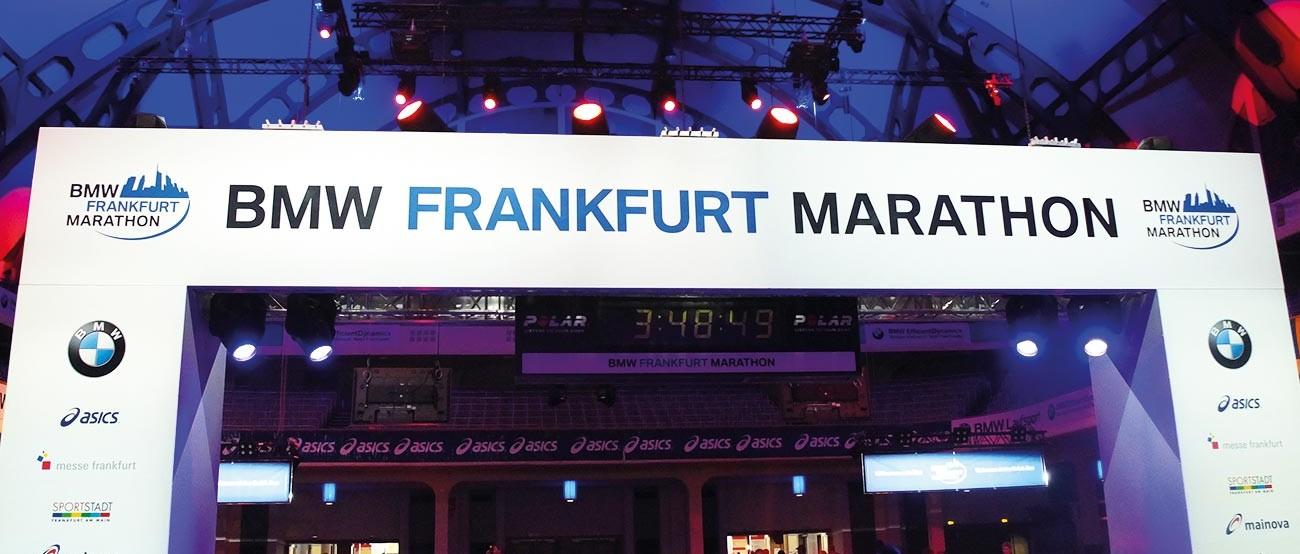 Das Ziel in der Festhalle beim Frankfurt Marathon 2014